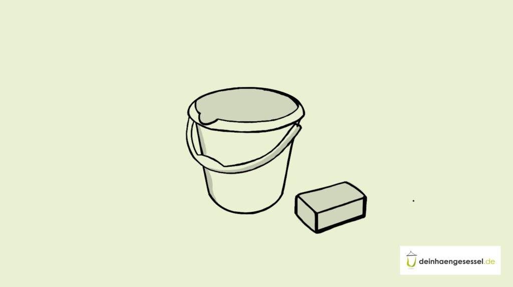 Zu sehen ist ein Wassereimer und ein Stück Seife