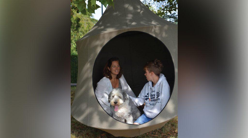 Ein Erwachsener und ein Kind sitzen im Domo Olefin Double von Cacoonworld.