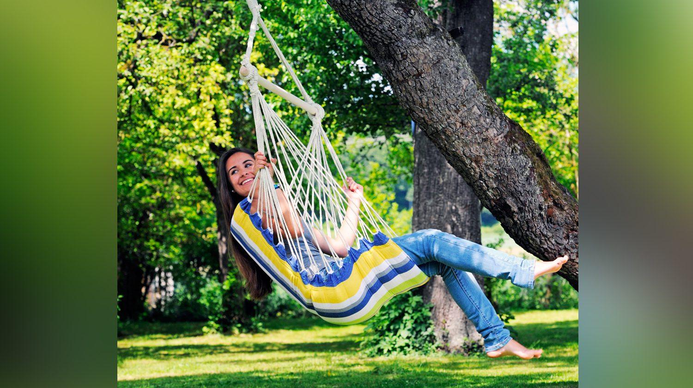 Ein Hängesessel im Garten für Erwachsene zum entspannten Schaukeln.