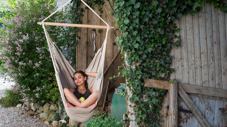 Ein Outdoor Hängesessel kann vor dem Haus im Garten aufgehängt werden.
