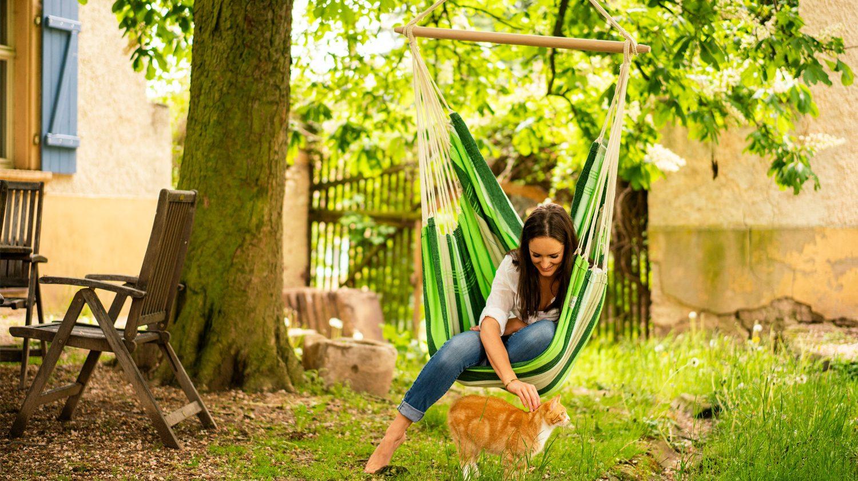 Im Garten können Hängesessel einfach aufgehängt werden