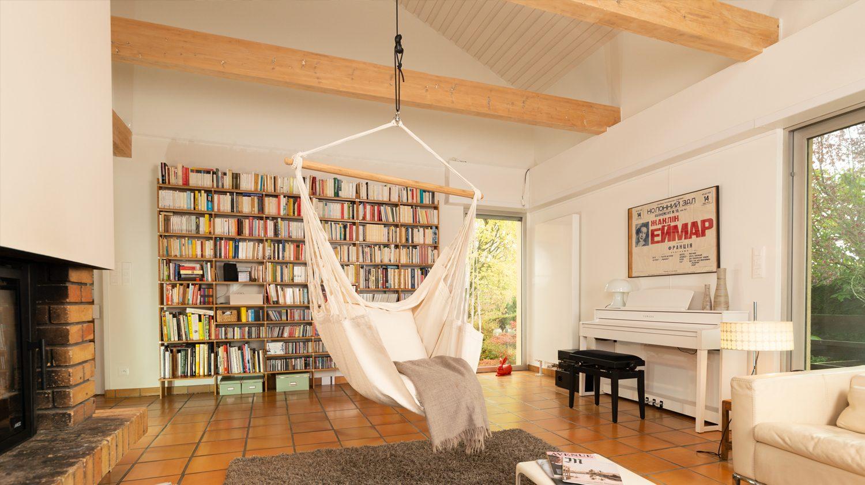 Hängesessel können u. a. an Holzdecken aufgehängt werden