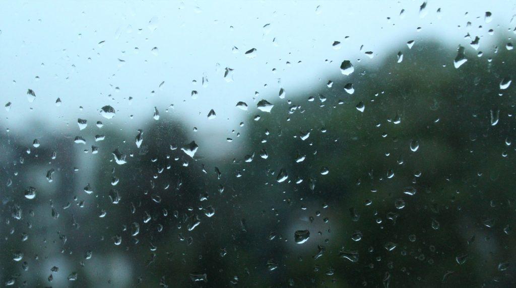 Zu sehen ist eine Scheibe mit Regentropfen