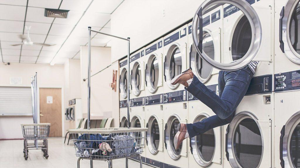 Zu sehen ist ein Versuch, einen Hängesessel in einer Waschmaschine zu waschen