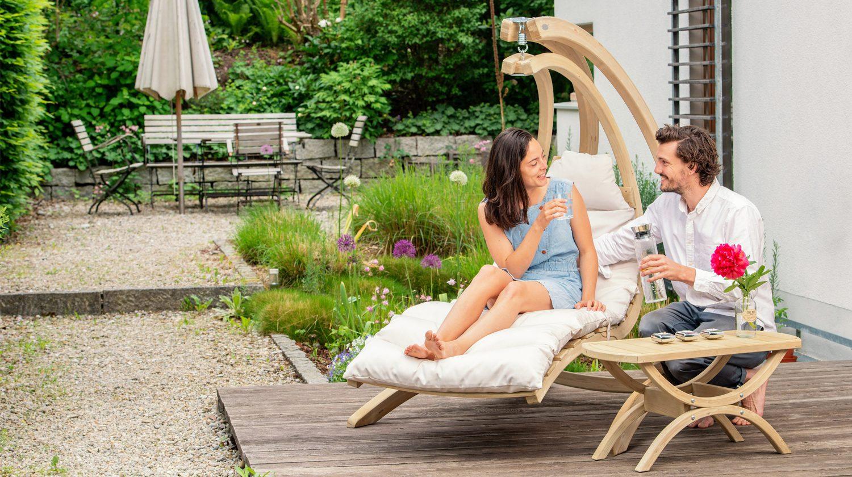 Ein Hängesessel ist eine besondere Sitzgelegenheit für die Terrasse