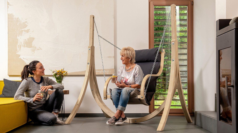 Ein Hängesessel ist eine kreative Sitzgelegenheit für jedes Wohnzimmer
