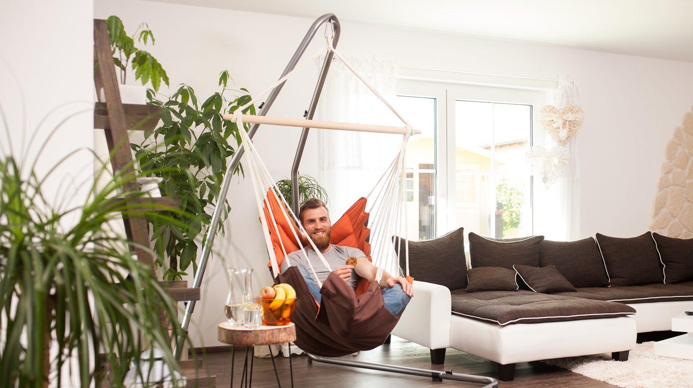 Ein Hängesessel im Wohnzimmer kann ein echter Hingucker sein